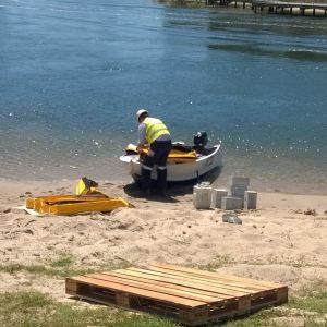 Stowing aquatic silt booms
